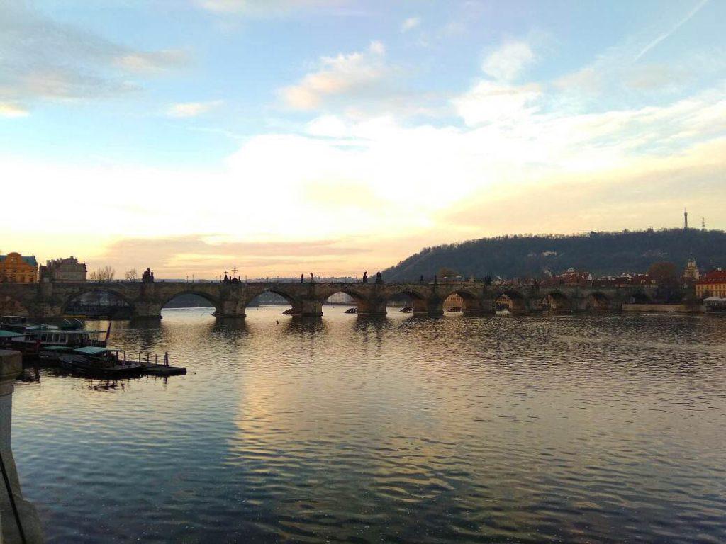Anoitecendo na Ponte Carlos
