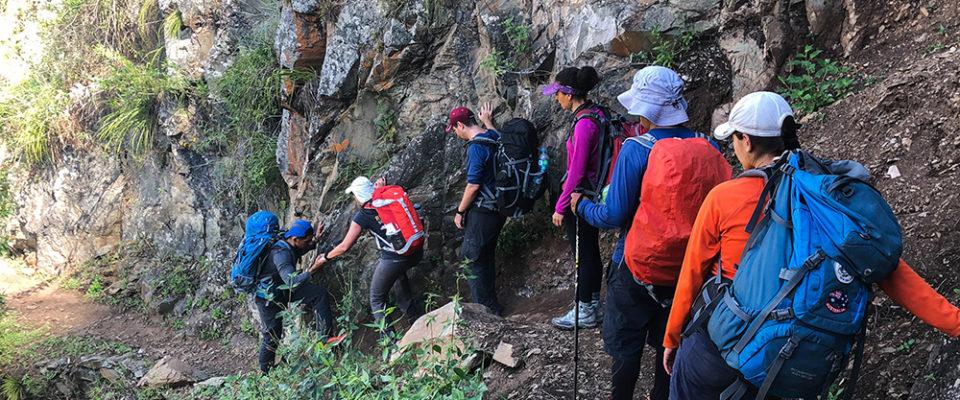 Caminhada Inca Jungle ao lado do precipício.