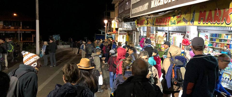 Fila para ônibus em Machu Picchu 4h da manhã
