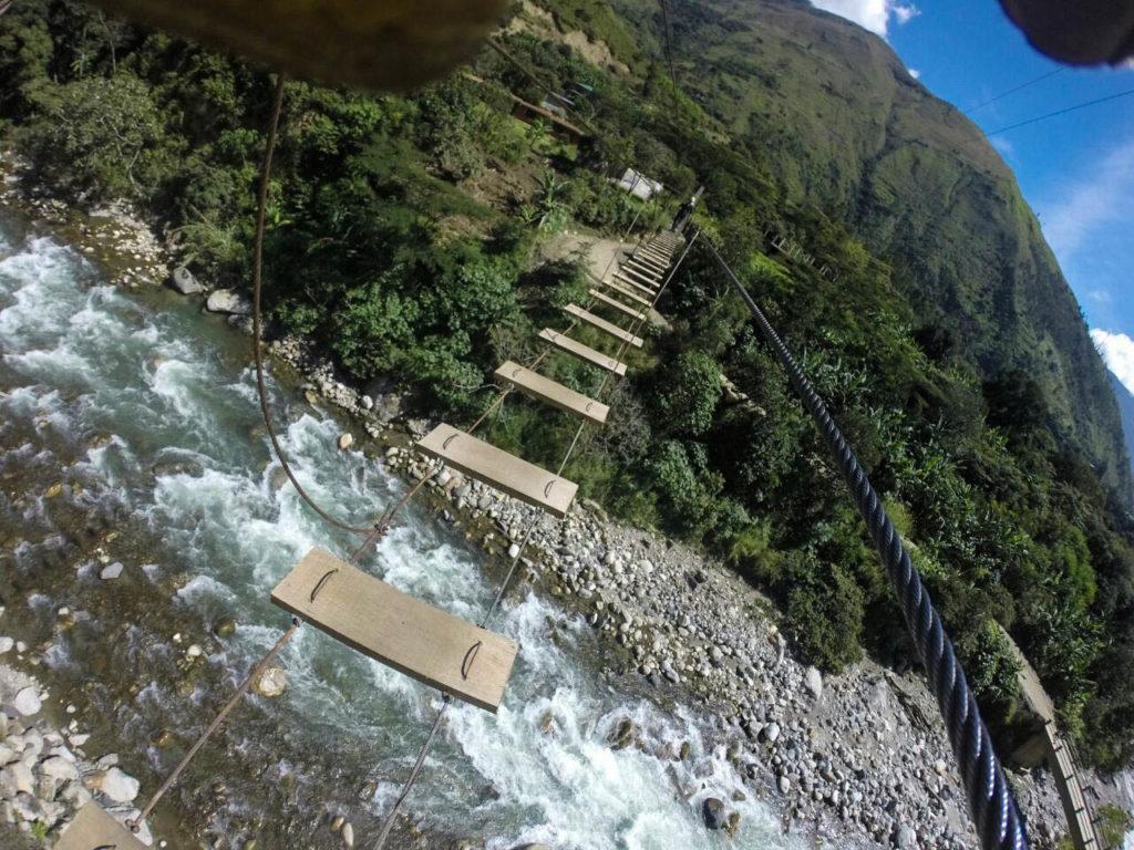 Ponte bamba sobre o Rio Urubamba.