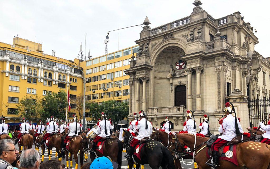 Guarda com orquestra montada em frente ao Palácio do Gobierno